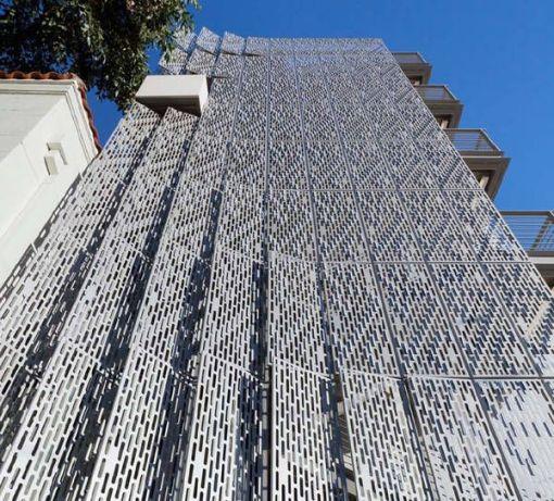 perforerad fasad i paneler